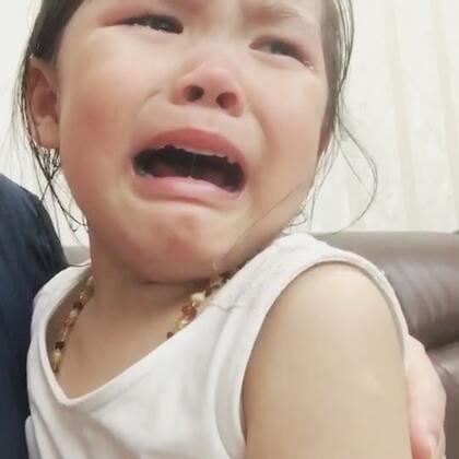 谁能猜到这宝宝为什么哭…我在旁边冲茶.突然听到凄惨的哭声…抱过来安慰一番才知道.Vivi听【鲁冰花】.里面小宝宝的妈妈飞天上去了.她不想妈妈飞天上去.这泪点和情商😭😭😭太感情用事了.至今宫西达也的恐龙系列绘本我还不敢拿出来…#宝宝##vivi3y+0m##暖心vivi#