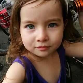 带上小萌娃逛菜场,这大开背衣服又是妈妈的吊带,被她看中了,说是做美人鱼😁衣服#我家的萌萌兔宝贝##宝宝#