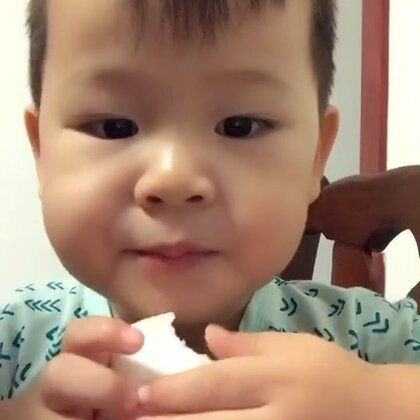 #吃秀##宝宝#大白馒头也能吃出五花肉的滋味儿,😂今日话题,泡泡麻麻想问问各位「您小时候有被迫分享玩具、零食的时候吗?」