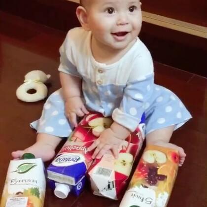 几罐果汁🍹都能玩好久,真玩具也没玩这么久啊😅#宝宝##混血儿#