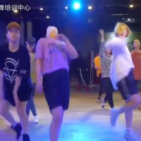 【SDT街舞培训中心美拍】TI阿苏的#舞蹈#中间小紫是我。#...