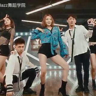 叶子子老师最新舞蹈作品《GASHINA》K-POP舞蹈更多的展现的一种俏皮,可爱,甜蜜女神风。1⃣️yezizijazz002⃣️yezizijazzdance3⃣️yezizijazz114⃣️yezizimaomao5⃣️yezizixiaojie电话18612184227yezizijazzdance#宣美gashina#@敏雅可乐 #北京叶子子品牌爵士舞##我要上热门#