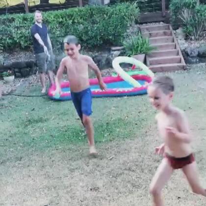 下午的时候气温不高,自来水打在身上很凉,不过熊孩子们还是玩得很开心😁#伊诺家的日常##伊诺和大小表哥##伊诺和爸爸#