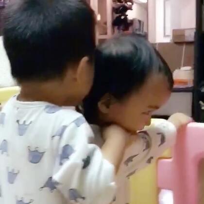 #龙凤胎兄妹俩# 哥哥每天都会抱抱妹妹、亲亲妹妹、牵着妹妹,乐在其中哈❤️❤️ #双胞胎的日常#