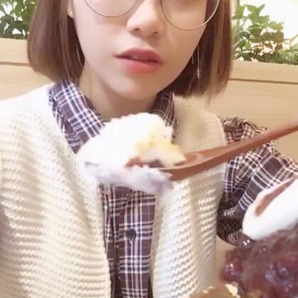 没有保存想接着录来着然后吃饭就被删掉了,就剩个雪冰,想接着录然后没电了😅今天中午吃的那个年糕锅好好吃!!祝大家中秋快乐啦!#热门##吃秀##韩国雪冰#