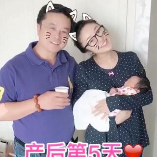 有了小棉以后,每天都好忙碌呀!(虽然我只负责吃、喂、睡😂)最近的状态就是一个字:好困!两个字:真幸福!三个字:人生足以!反正我是忘了生孩子的时候有多疼了😂你们呢😜 日常照片、月子餐、孕期科普都在微博❤https://weibo.com/u/1854964547 #宝宝##小棉成长记##日志#
