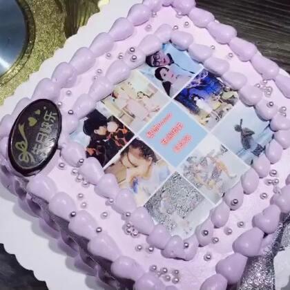 熙爸昨天的蛋糕没切 留着今天家庭聚会切 然后我一直骗他上面的照片是糯米纸 可以吃 然后......他相信了😂😂😂#r熙和爸爸##r熙34个月#+16