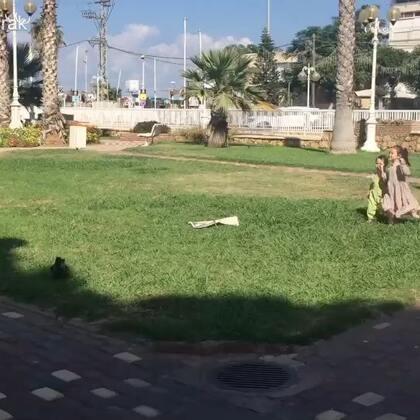 上午在公园玩,小包子拿着葡萄要喂小鸟吃😅