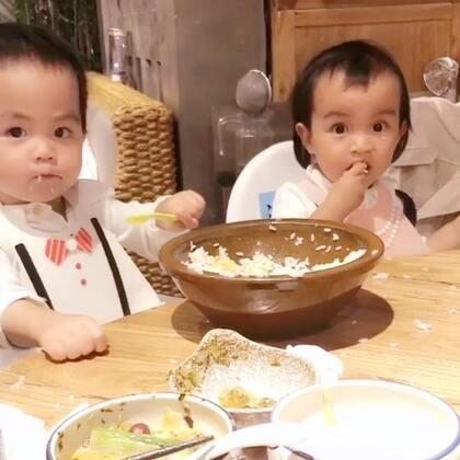 #龙凤胎兄妹俩# 两位吃掉一斤鱼之后又巴下去半盆米饭…… 😋😋#双胞胎的日常#