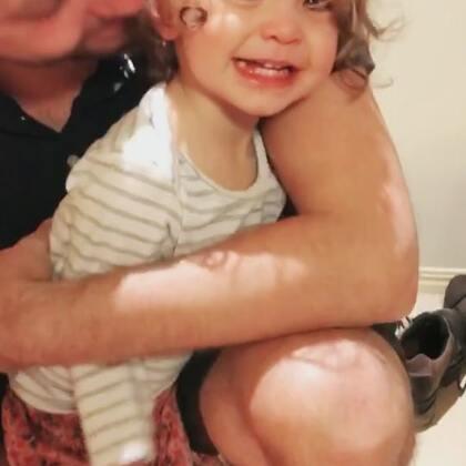 某小妞今晚的哭戏有点多😁#伊诺1岁9个月##伊诺哭##伊诺和爸爸#