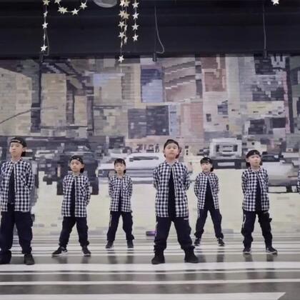 #成都第壹街舞##第壹街舞##少儿街舞#来自第壹街舞帅气的小朋友们的精彩locking舞蹈展示!我们是第壹街舞的闪电军团😄😄超越自我、争做第一😘
