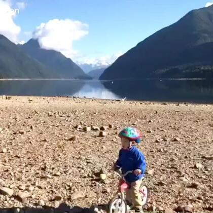 天气真的很好 我们仨去了离家一个小时左右车程的一个公园 出发前Ethan主动要求带的平衡车 事实证明是对的 在湖边他骑了一圈又一圈 空气好 很干净 湖水清澈见底 没什么人 安静 惬意 下个月打算带够吃的去那边午餐#旅游##在路上##加拿大##Ethan游记#