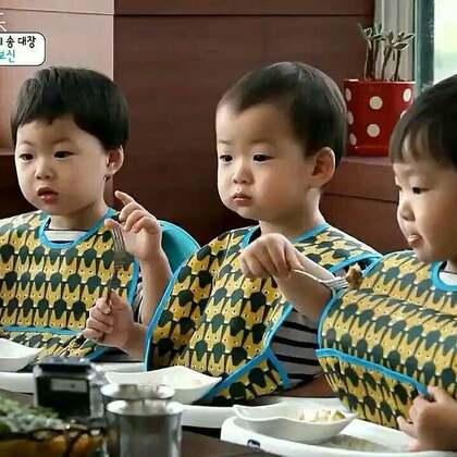 三只和爸爸来吃烤鳗鱼😂😂😂嘴塞的满满的😂😂#宝宝##吃秀##热门#