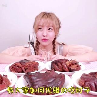 大胃mini吃掉5个酱香浓郁大猪肘,小仙女开心的笑出了猪叫声!#吃秀##热门##大胃王mini#@美拍小助手