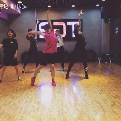 一段U乐国际娱乐的#舞蹈#@肖菲Genie 超级喜欢她的身体,#我要上热门@美拍小助手#