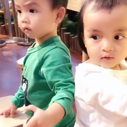 #龙凤胎兄妹俩# 迷上了钓鱼🐟现在小朋友的游乐区做的真好啊大人都想玩😃😃双胞胎只买一张票😝😝