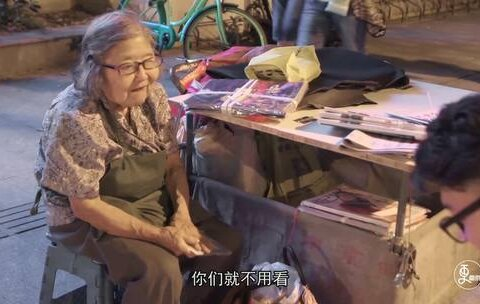 【二更视频美拍】81岁老太摆摊卖报21年,替女儿还...
