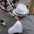 """下午买面包出来 偶遇了一只喜鹊 熙熙喂完还喊""""我们再给别的小鸟吃点吧😂""""以为进动物园了么😂 #r熙34个月#+23#宝宝#"""