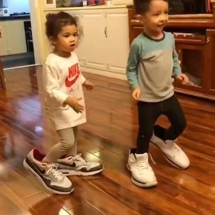 "Naomi: ""要不要玩我爸爸的大鞋子?"" Ezra: ""好啊!let's go!"" 😂😂😂#宝宝##搞笑#"