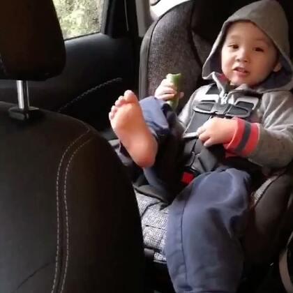 大雨哗哗下 北京来电话 让我去当兵 我还没长大....哈哈哈 还有谁知道这首童谣 伴随着我童年的一段记忆 记得是我爷爷教我的#幼儿园##下雨天##Ethan37个月#雨很大 接Ethan回家 小哥上车前把雨衣雨裤雨鞋都脱了 都是雨水 袜子也拿掉了😂坐那舒服的吃黄瓜😜