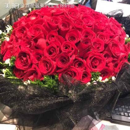 今天满23岁啦~谢谢你们的陪伴,也谢谢美拍这个平台让我认识了奶油她干妈@杨厶彦 奶油的零食来自干妈的店铺:66680093 人生中第一次收到玫瑰花是去年的生日,今年是人生第二次收到玫瑰花,谢谢她干妈给我送的花,矫情了矫情了