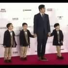 宋家三胞胎大韩、民国、万岁亮相#釜山电影节#开幕红毯,也是釜山红毯上最年少的嘉宾。一家人后台出场时还引起尖叫,人气超高!😘