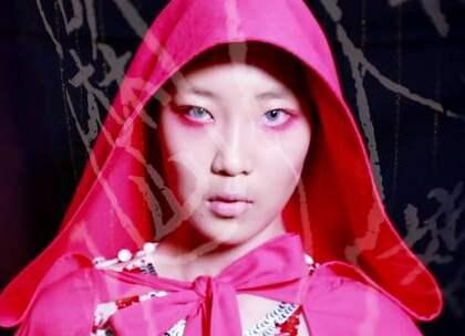 她用三场秀证明GUCCI更应该学她!这个很容易让人联想到GUCCI的品牌就是MUKZIN密扇。同样满是刺绣贴片,色彩琳琅满目,融合东西方元素。区别呢?原创呢?卖点在哪? 在GUCCI深入神秘的东方,从中国各少数民族图腾刺绣中找寻灵感的时候,密扇却从神秘的东方脱身而出,借助西方服饰传扬中国文化。