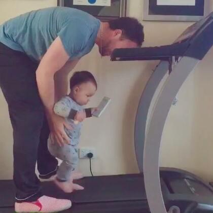 一早就站在跑步機上等爸爸一起運動😂😂😂