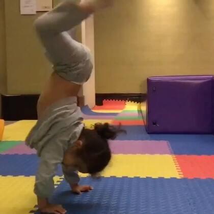 我的小女汉子,才两岁多你这个核心肌肉力量也太厉害。胆子太大了🙈🙈!爱你爱你!!!#寶寶##運動#