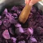 紫薯馅料配方:5斤紫薯去皮蒸熟加2瓶熊猫炼乳,一瓶糖桂花,有蜂蜜的加少许蜂蜜[没有忽略]拌匀即可。👉这个馅料可以直接食用,晚点更新紫薯包#甜品#教程。喜欢#美食#请点赞+关注。谢谢支持