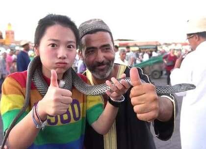 摩洛哥第二啪!虽然摸蛇以后还是瑟瑟发抖😭😭,但小姐姐还是勇敢挑战成功,快夸我!💪 关注+评论+转发,11月的神秘某日,美拍直播,在摩洛哥系列视频当中抽取粉丝,送出百元现金礼物基金,更有段感人故事跟你分享!#带着美拍去旅行##第一次啪啪走之摩洛哥##我要上热门# @美拍小助手