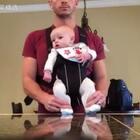 父亲界的一股清流,趁老婆不在家的时候,逼儿子跳迈克尔杰克逊经典之作「Beat it!!」亲爹#宝宝##全球搞笑精选#