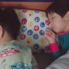 #一步一年##年 三岁##宝宝#晚上有事一直在忙,俩孩子一起洗了澡一起玩玩具一起睡觉,真省心😬😬😬😬😬