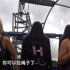 国外一对情侣在游乐场一起坐过山车,女生倒没什么,但是男生的表现让女朋友哭笑不得!!😂 两个人真的是太可爱了~~ #外国视频精选#