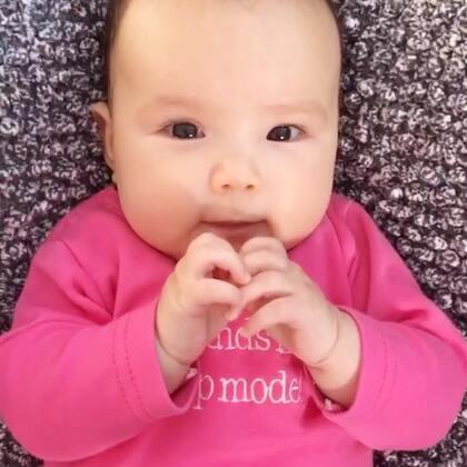 #宝宝##二胎时代##荷兰混血小小志&柒#妈妈和小柒公主的幸福时刻,本来是妈妈撩小柒的,最后咋滴就被小柒撩了捏?😂😂😂