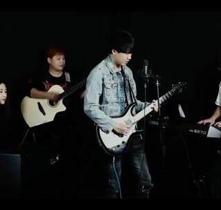#一鸣吉他# 和小伙伴们翻唱了一首BEYOND的 不在犹豫,希望我们不忘初心,继续前行。#音乐#