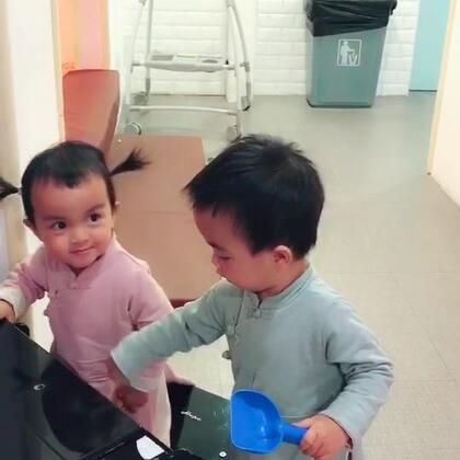 #龙凤胎兄妹俩# 四手连弹可还行?❤️💙👦👧 #双胞胎的日常#
