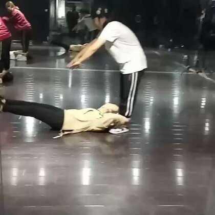 哈哈哈哈花式体能!@陆毛仔 毛毛老师的体能可是超赞的,你们可以来体验一下呦!#西安街舞##嘉禾舞社##热门#