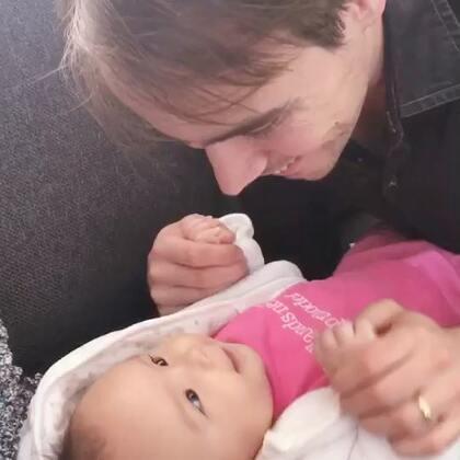 #宝宝##父女情深##荷兰混血小小志&柒#😤😤😤这小三从来没有对我这样!不到三个月,我咋逗她,她都是微笑回应,面对自己上辈子的情人!嘴角都快扬到眼角了😤😤😤柒公主,这男人是我滴我滴!
