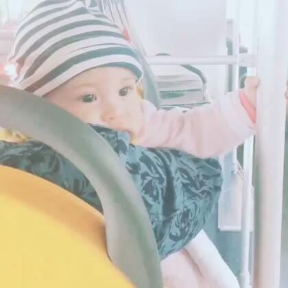 带妹妹乘公交车🚌,非要自己扶着,睡着了也不放手😄。#宝宝#