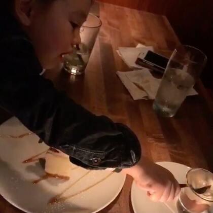 今晚又去了昨晚吃的餐厅 为啥呢 因为昨天拍的照片给他爸馋到了😂#吃秀##美食##吃货#饭后点了两份甜品 结果多送了一份 原因是主厨认为有个甜品样子不太满意 就又做了一份送给我们 反正这两份一样的我没吃出有啥不一样的😜就是封面这个杯状的 多送了一杯✌