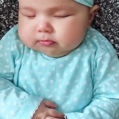 #宝宝##二胎时代##荷兰混血小小志&柒#柒公主殿下喝完奶就睡香香了,好梦好萌哦我的小公主,你们的洋娃娃这种状态是不是特别可人啊?😂😂真的好像假的🙈🙈🙈难道我是后妈吗?