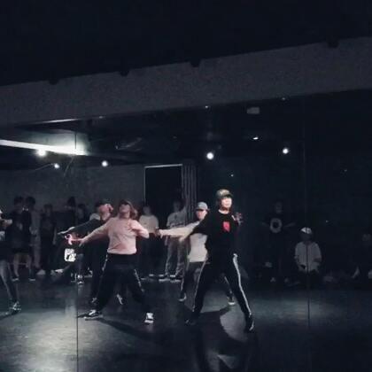 今天第二节miki的课……这组有点强势!和这组跳有点小压力!灯光突然变暗我以为自己跳低血糖了😂后面断了一小下……不过miki真的棒、小点卡的嗖嗖的……#舞蹈##miki##hiphop##en dance studio#