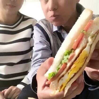 这个我是应该说好吃?还是说不好吃?你们见过面包放辣酱的嘛?我的亲人们,实话看来是不能说了,为了长期能吃上饭也只好就这样吧,填饱肚子是第一位!#吃秀##热门#