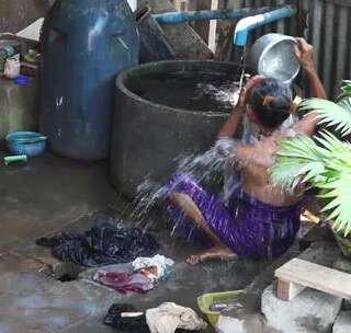 【雷探长探访缅甸女性生活】一片安静祥和的农村景象,肉类加工、纺织造布、药盒制作,淳朴的生活气息扑面而来。这就是我看到的缅甸女性的生活,努力生活的背后又将村落污染的一不堪入目。 #我要上热门##旅游##探险#