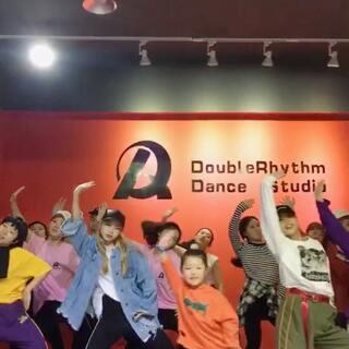 #naenae舞#@陈靖川 😎队训前带孩儿们玩一下@DR舞蹈工作室