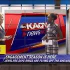 美国KNOE 8 News频道的女主播在播报新闻时,男友突然出现下跪求婚,告诉她今天是交往的第1000天,希望她可以嫁给自己~💘