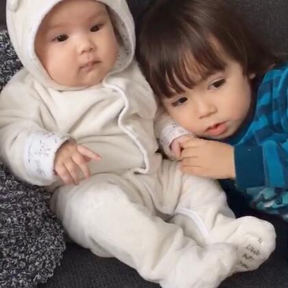 #宝宝##二胎妈妈##荷兰混血小小志&柒#有了小柒的生活后小志是暖心的,除了偶尔不知道轻重的对待妹妹,但出发点都是想亲近和爱护她,所以我是幸运的,但是二胎妈妈如果自己带孩子是非常非常辛苦的,我每隔一周都会有一天非常疲惫,像今天13:30左右我就带着小柒上床睡到将近17:00起床,小爷下班就照顾娃让我睡