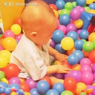 这小家伙凌晨4点半起来玩到现在都不睡,索性带他带游乐场玩,玩high了🙊#宝宝##萌宝宝#