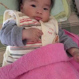 #萌宝宝#小可爱醒来了,自己玩得不亦乐乎😘😘